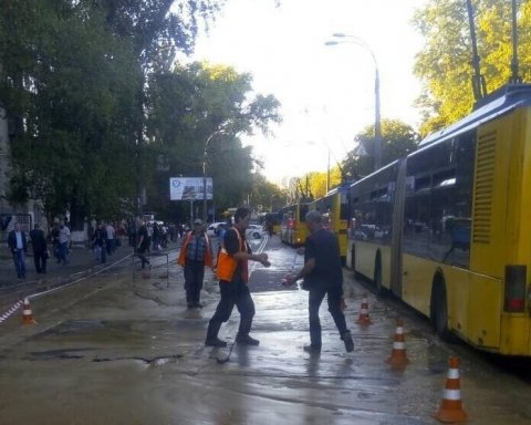 Прорив труби у Києві паралізував рух тролейбусів