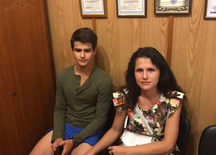 Підліток виніс наруках 15 дітей зпалаючого табору вОдесі