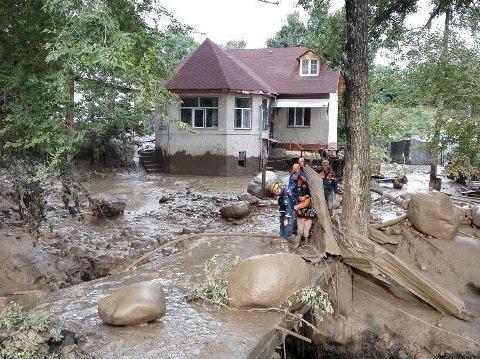 Понад півтисячі туристів із 15 країн потрапили в селеву пастку в горах РФ
