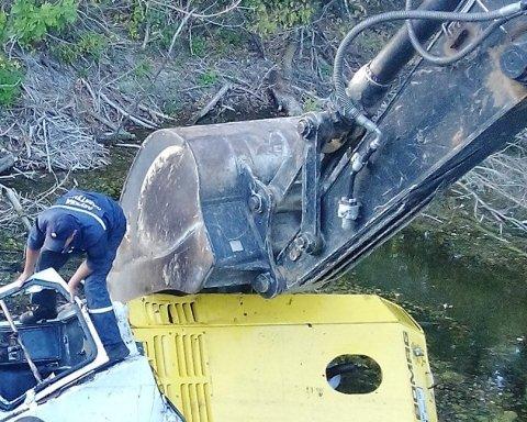 На Полтавщине в реку перевернулся асфальтоукладчик (фото)