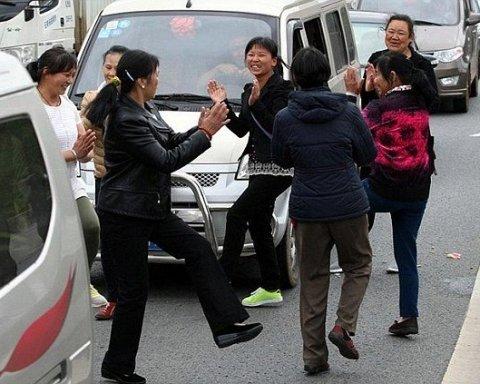 Дискотека посеред траси: як відривались китайські туристи (відео)