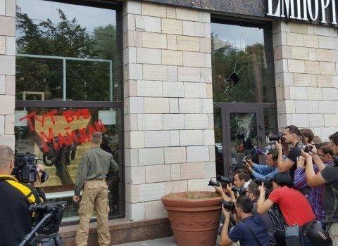 В Києві розгромили магазин, де було знищено графіті часів Євромайдану, є фото