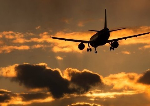 Пасажирський літак упав на будівництво в густонаселеному районі Індії: перші кадри з місця