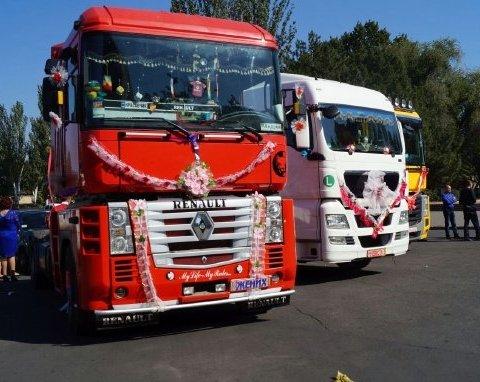 Кортеж из грузовиков: в Николаеве сыграли необычную свадьбу (фото)