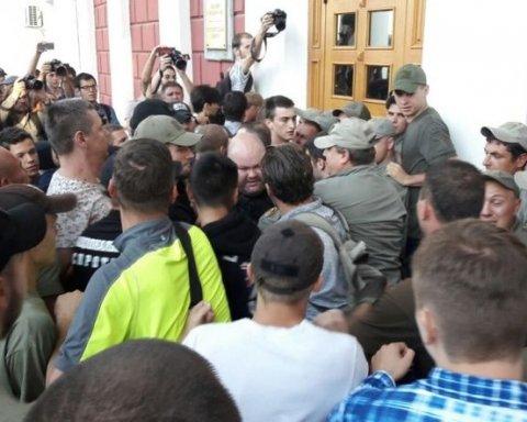 В Одессе штурм мэрии из-за пожара в лагере (фото)