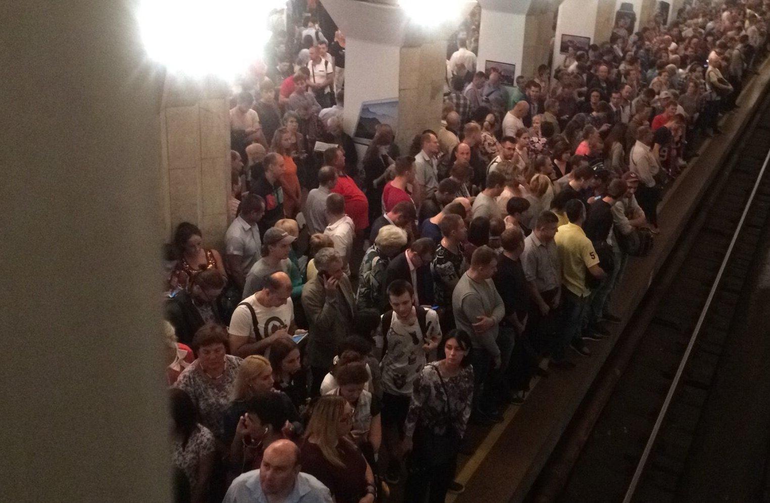 Вцентре украинской столицы из-за задымления закрыли три станции метро