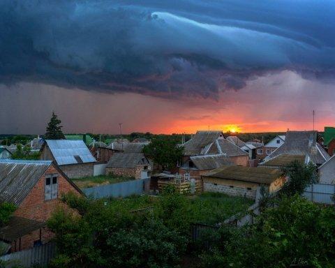На Киевщине молния «подожгла» дом (фото)