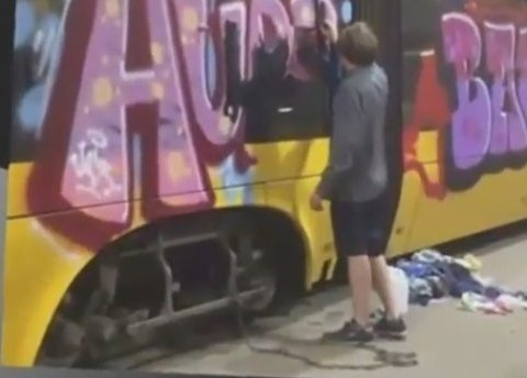 У Польщі українця прикували до трамваю ланцюгом (відео)