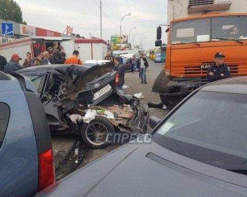 Масштабное ДТП в Киеве: столкнулись КАМАЗ и 5 легковушек (фото)
