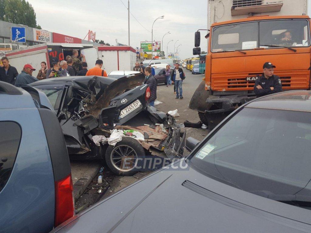 Розгромлені шість машин і кіоск: уКиєві сталася жорстка ДТП