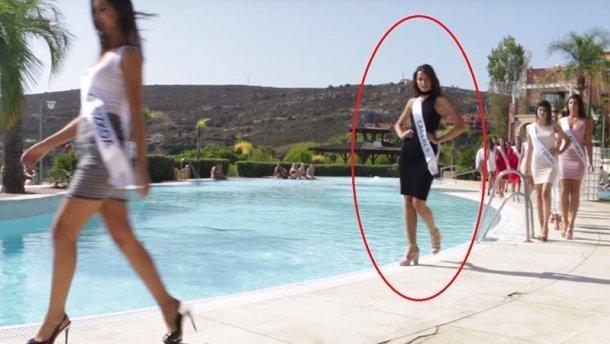 Конфуз під час дефіле: модель звалилась прямо у басейн (відео)