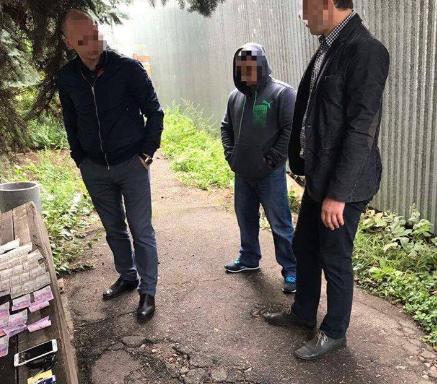 """На Київщині податківця затримали """"на гарячому"""" під час отримання хабара, є фото"""
