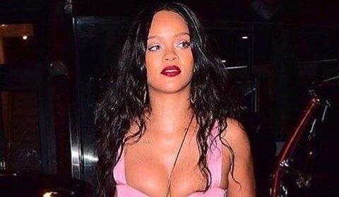 """Ріанна випадково """"засвітила"""" голі груди (фото)"""
