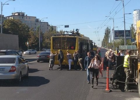 Кияни гуртом штовхали поламаний тролейбус (фото)