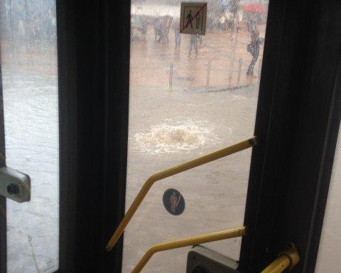 На Печерске дорога ушла под воду (фото)