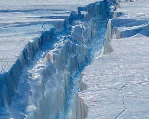 Айсберг, площею понад 100 км2, відколовся від льодовика у Антарктиді