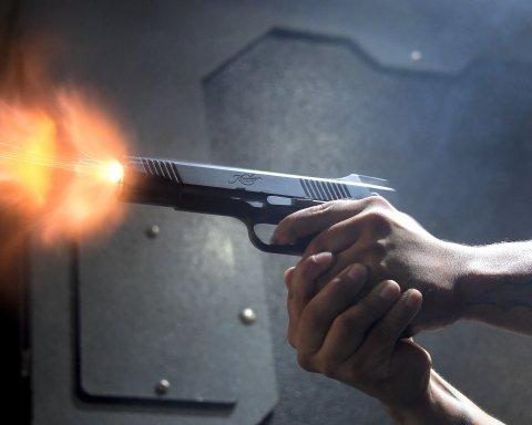 Мужчина в Киеве обстрелял подростков (видео)