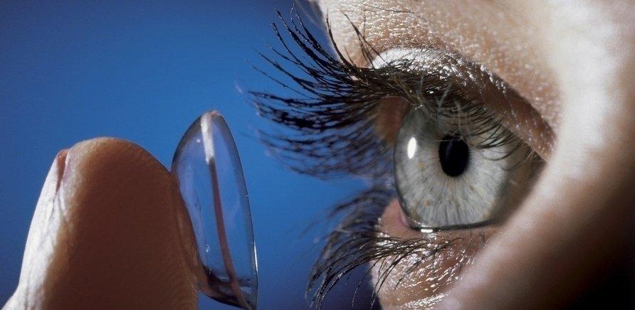 Яку небезпеку несе використання контактних лінз