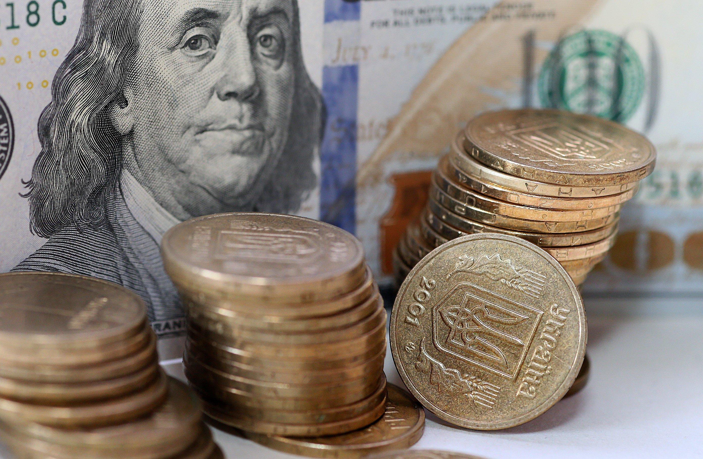 Курс долара почав поступово знижуватись в Україні