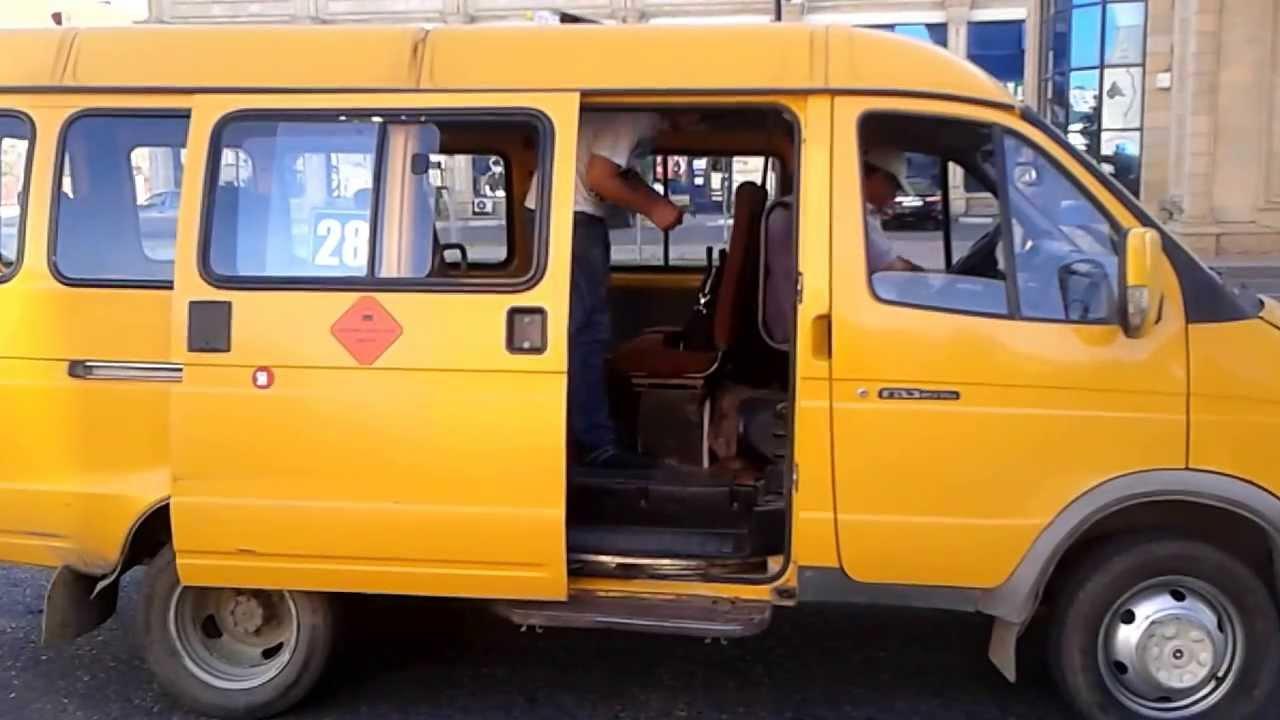 """Киянку затиснуло між маршруткою і тролейбусом: жінку забрала """"швидка"""""""