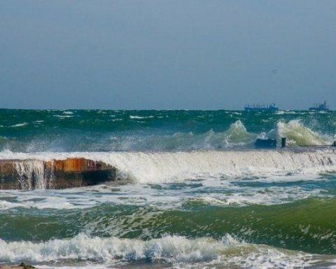 Шторм на море в Одессе поразил сеть (видео)