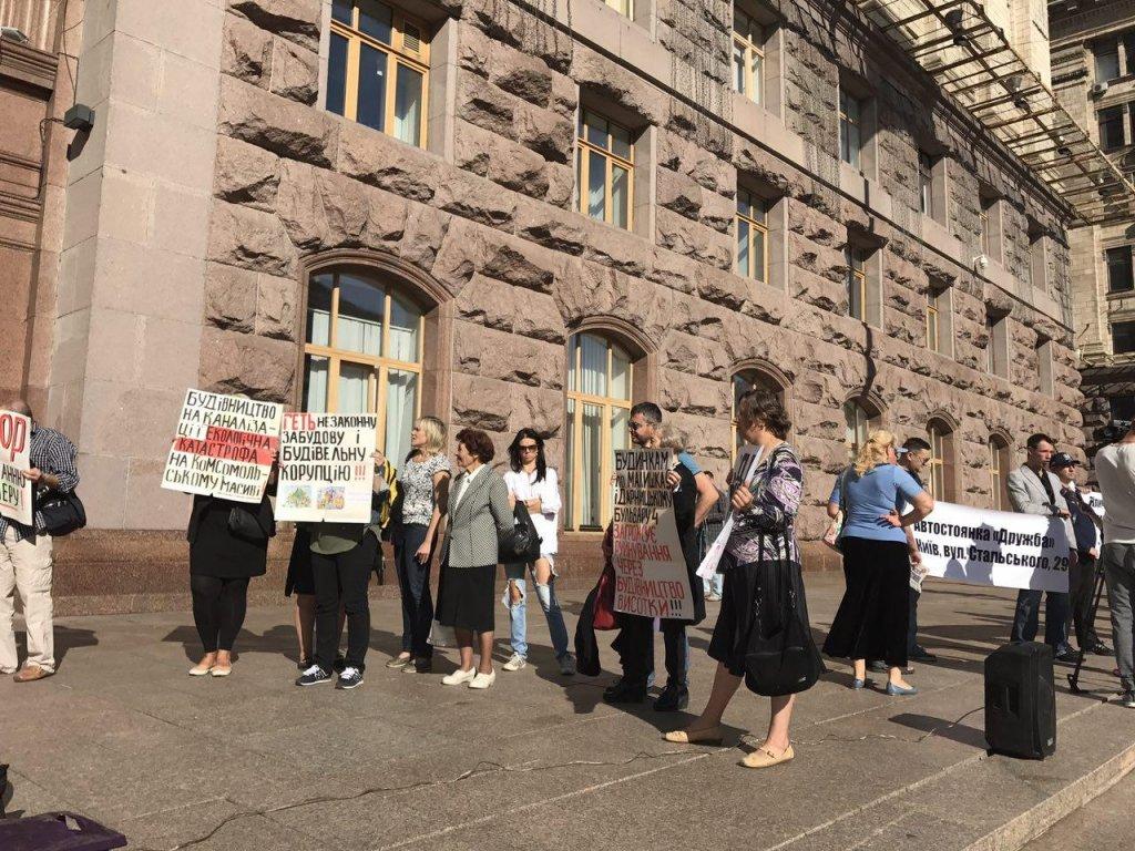 Сесія Київради відкрилася блокуванням трибуни й акцією протесту