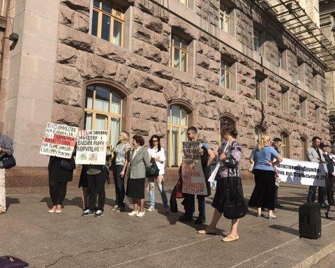 Сессия Киевсовета открылась блокированием трибуны и акцией протеста