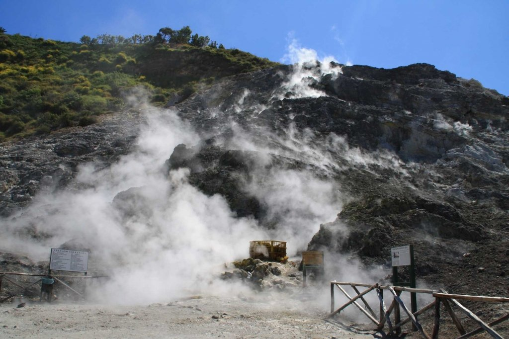 В Італії батьки та їх 11-річний син впали до кратеру вулкану