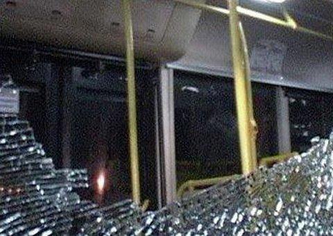 Зловмисники обстріляли автобус в Києві