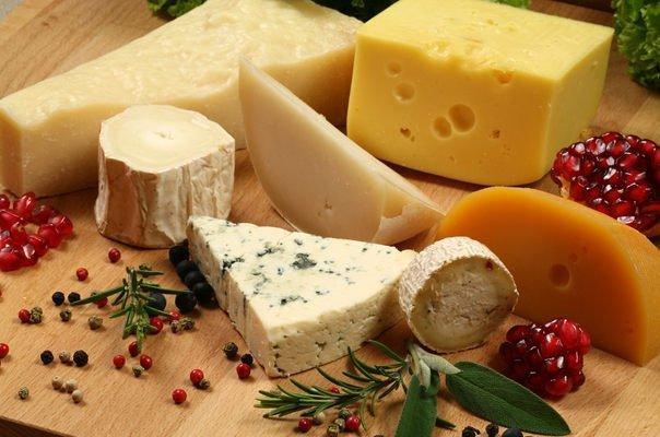 Кому і чому не варто часто вживати сир