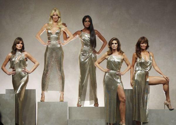 Супермодели 90-х воссоединились напоказе Versace— ФОТО— ВИДЕО 23.09.2017 15:17