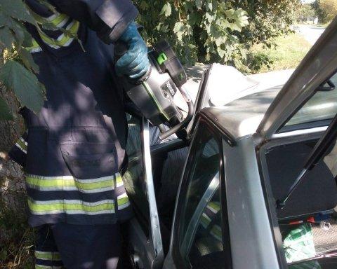 На Київщині рятувальники звільнили водія з понівеченого авто, є фото