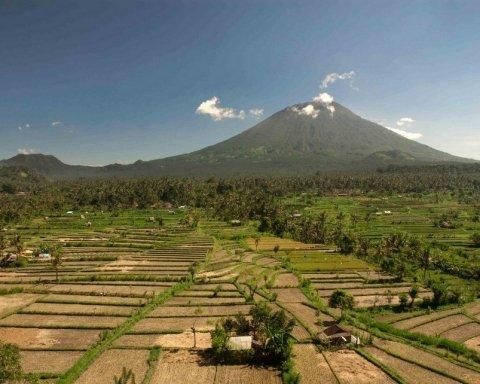 На острове Бали проснулся мощный вулкан, людей эвакуируют