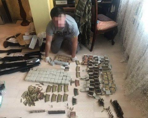 Много оружия и все незаконное: в столице разоблачили подпольный магазин