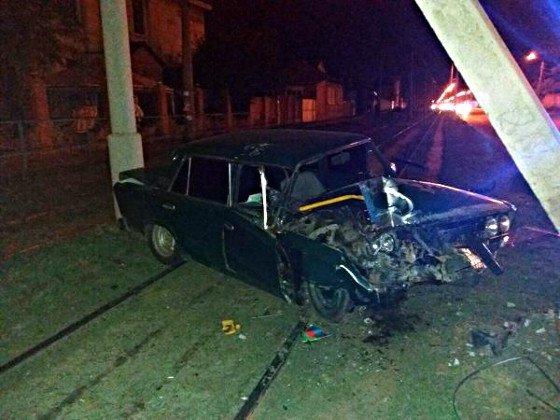 На Прикарпатті, через 20–річного водія, загинув 18-річний юнак. За життя 15-річної дівчини борються лікарі