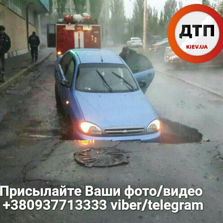 УКиєві під асфальт провалився автомобіль