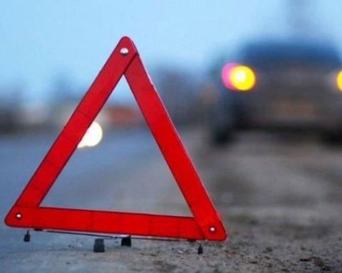 Водитель в Харькове на полной скорости въехал в дерево, есть пострадавшие