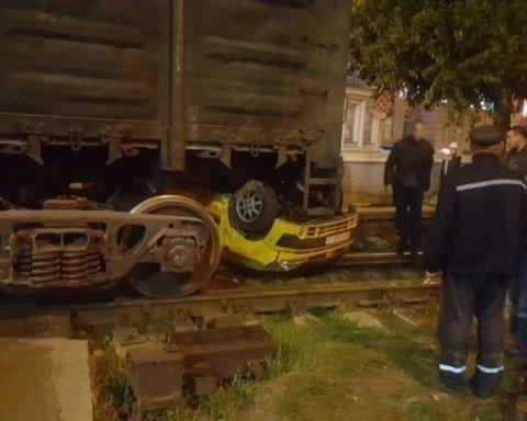 Трагедия в Одессе: поезд на полном ходу снес автомобиль (фото)