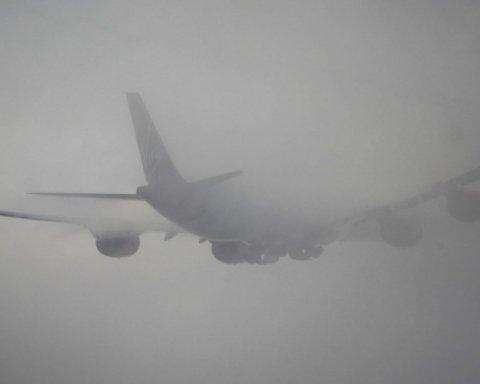 В киевском аэропорту самолет попал в аварию: фото с места происшествия