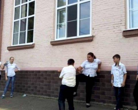 Жестокое избиение школьницы ошеломило украинцев (видео)