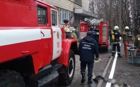 Три автомобиля полностью сгорели на СТО в Киеве