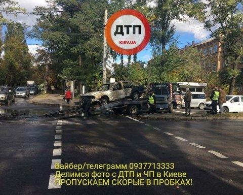 У Києві вибух: авто згоріло дощенту (фото)