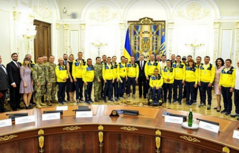 Президент став на коліна перед героями (фото)