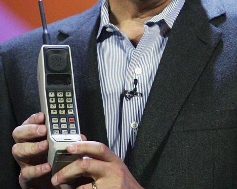 Как изменились мобильные телефоны за 40 лет (видео)