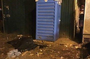 Мертвого мужчину нашли возле станции метро в Киеве (фото)