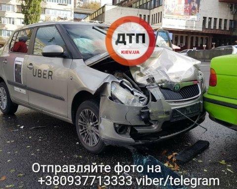 В Киеве такси Uber «поцеловало» BMW, есть пострадавшие (фото, видео)
