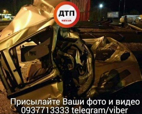 Моторошна ДТП під Києвом: вантажівка розчавила Фіат (фото)