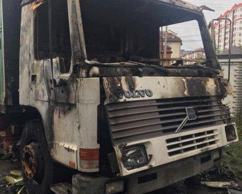 Известному волонтеру сожгли машину