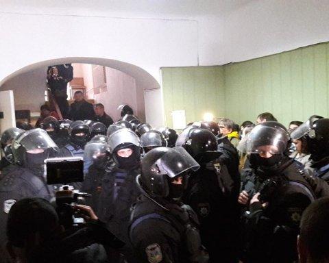 Месиво в суде Киева: активисты крушат все на своем пути
