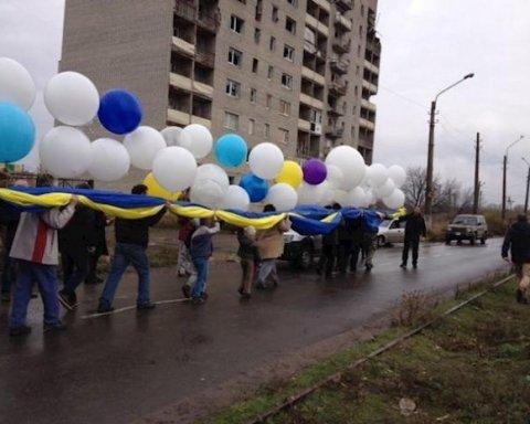 Над оккупированными территориями пролетел гигантский сине-желтый флаг